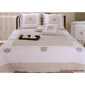 Couvre lit boutis traditionnel peaceland d beige et blanc for Dessus de couette