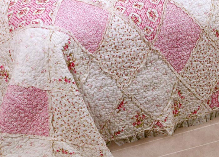couvre lit boutis frou frou imprim s fleurs roses boutis. Black Bedroom Furniture Sets. Home Design Ideas
