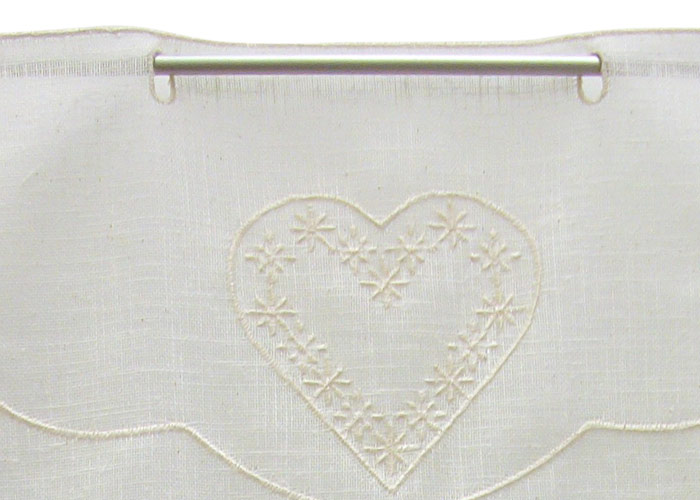 Petit rideau tissu écru aspect lin brodé motifs coeurs écrus - Petit ...