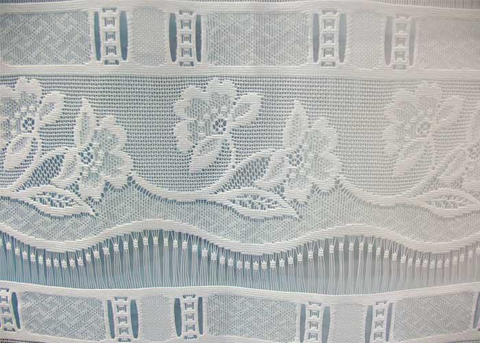 petit rideau blanc esprit dentelle fleurie petit rideau pr t poser petit rideau en bande. Black Bedroom Furniture Sets. Home Design Ideas