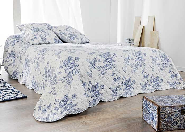 couvre lit boutis cabourg taies d 39 oreiller assorties boutis blanc imprim fleuri bleu. Black Bedroom Furniture Sets. Home Design Ideas