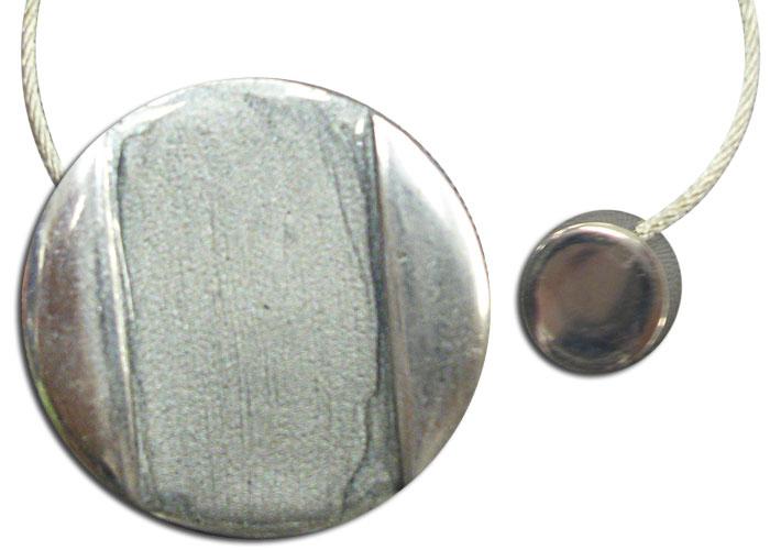 Embrasse ronde aimantée en résine sertie de métal à cordon acier