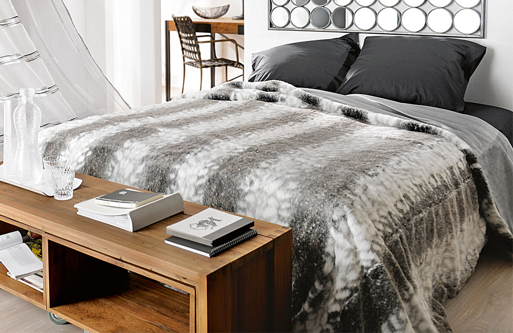 jet de lit couvre lit ou plaid fausse fourrure loup. Black Bedroom Furniture Sets. Home Design Ideas